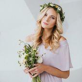Odhalená ramena. Barva Gray Lilac. Květiny ve vlasech. A svět je v pořádku ☀️ @loukykvet #satyprodruzicky #svatba #svatebni #svatba2019 #druzicky #druzicka #saty
